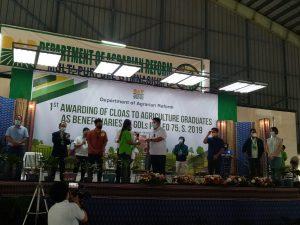 DAR Sec. John Castriciones with the 44 Agriculture Graduates given CLOA